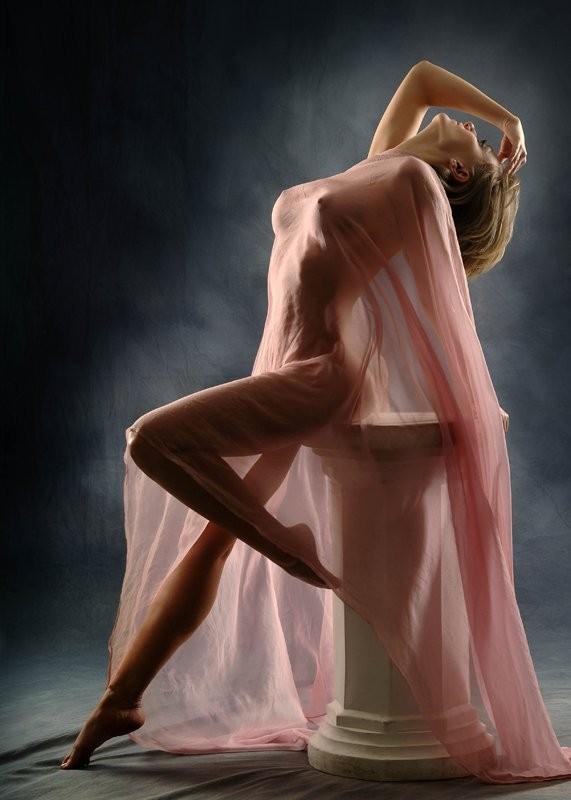 FEMME AU CORPS COUVERT D'UN VOILE ROSE... hum!!!!
