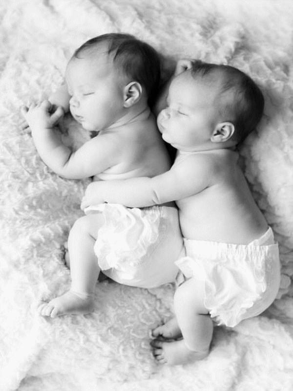 Les Bébés Filles Jumeaux : Bébés des jumeaux
